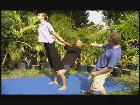 Wie eine Statue Acrobat-Bewegung zu tun