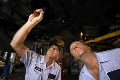 How to Ersetzen Sie die FESTSTELLBREMSE in einem Ford Explorer