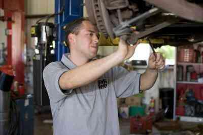 So wechseln Sie einen Ford Fusion hinten Bremsen