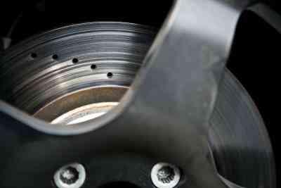 How to Ersetzen Sie die Vorderen Bremsen auf einem Buick