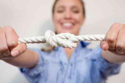 Wie man einen Knoten zu binden, ohne Loslassen der Saite