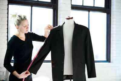 Wie man Saum der Ärmel einer Frau die Jacke